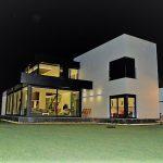 large modern villa for sale in Guamasa in El Campo del Golf. This detached villa built over 2 levels to the size of 300m2 on a plot of 1000m2. The villa is located in an exclusive residential area of El Campo de Golf.