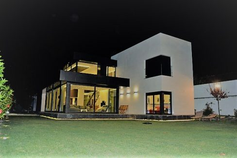 large modern villa for sale in Guamasa in El Campo del Golf. This detached villa built over 2 levels to the size of 300m2 on a plot of 1000m2. The villa is located in an exclusive residential area of El Campo de Golf.